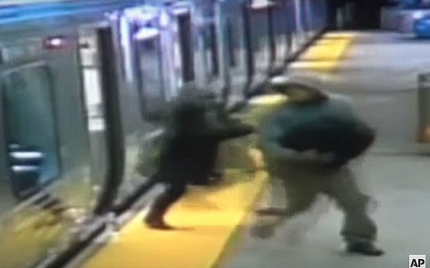 Video: Přepadení ve vlaku v americké Filadelfii