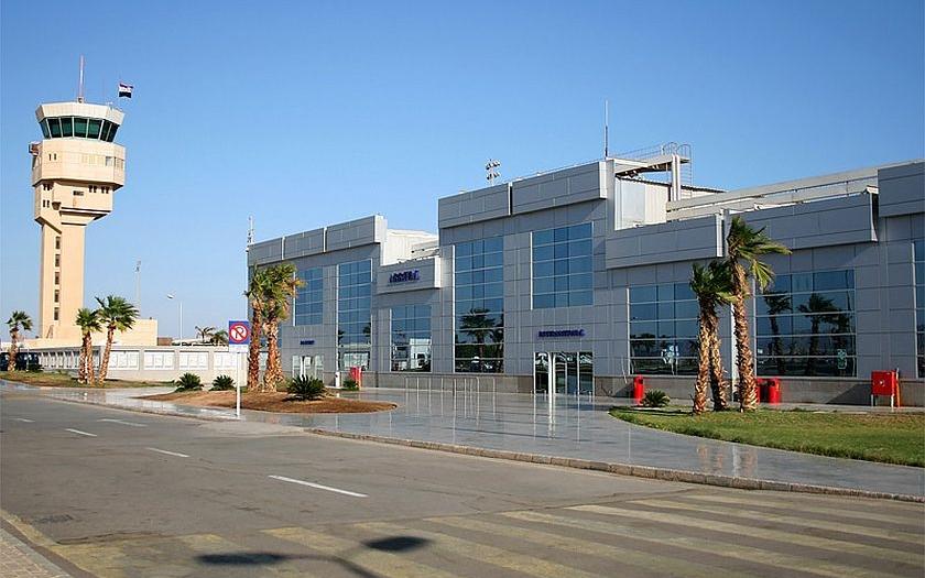 Letiště v Šarm aš-Šajchu se stalo pastí pro stovky turistů. Velká Británie zakázala odlety.