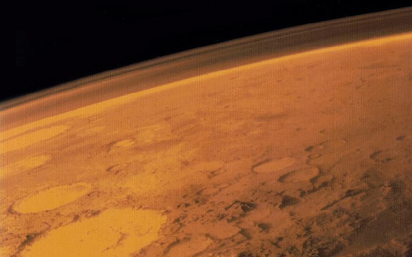 V hlubinách Marsu bylo nalezeno solné jezero
