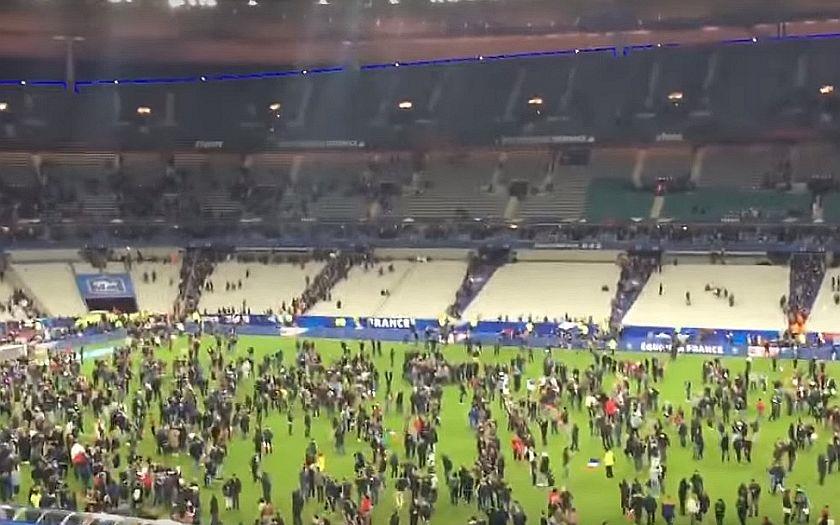 Francie vyhlásila po teroristických útocích výjimečný stav. Politici varují před panikou