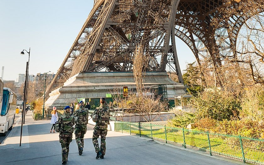 Výjimečný stav ve Francii porušuje Evropskou konvenci o lidských právech
