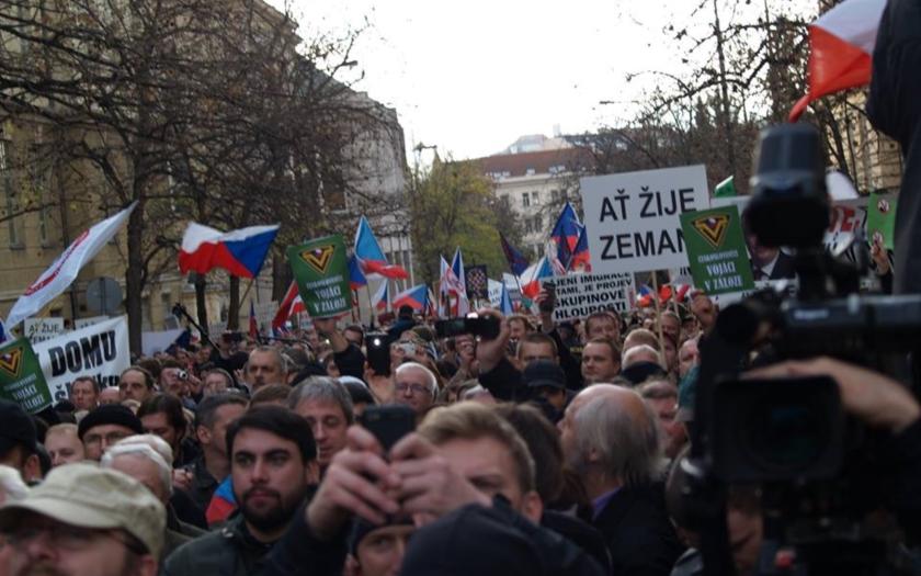 Tisíce lidí podpořily prezidenta Zemana. Pražská &quote;kavárna&quote; označila Konvičku za &quote;fašistu&quote;