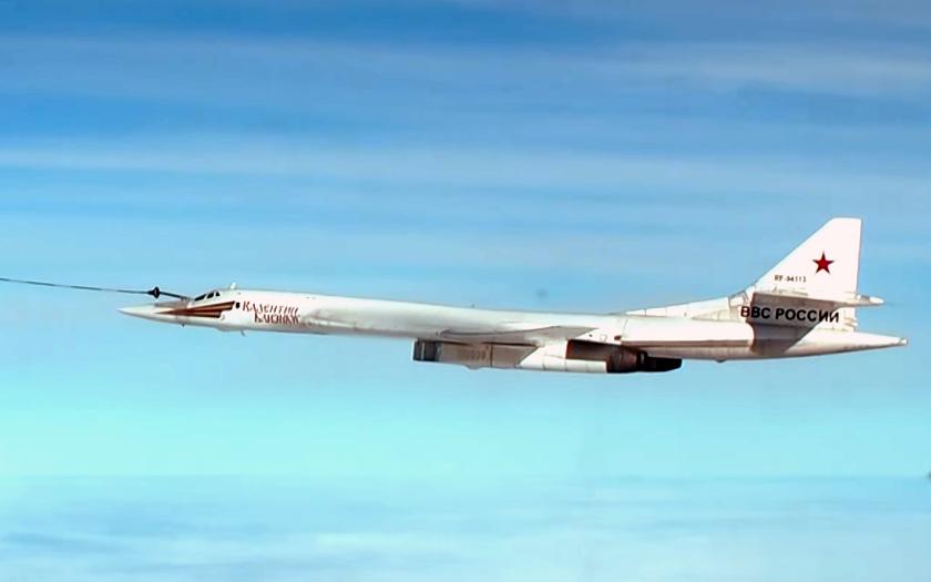 Video: Tu-160 tankuje nad Kaspickým mořem