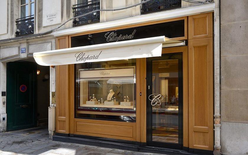 Zloděj ukradl v centru Paříže šperky za miliony a zmizel. Z nejstřeženějšího místa, vedle Elysejského paláce