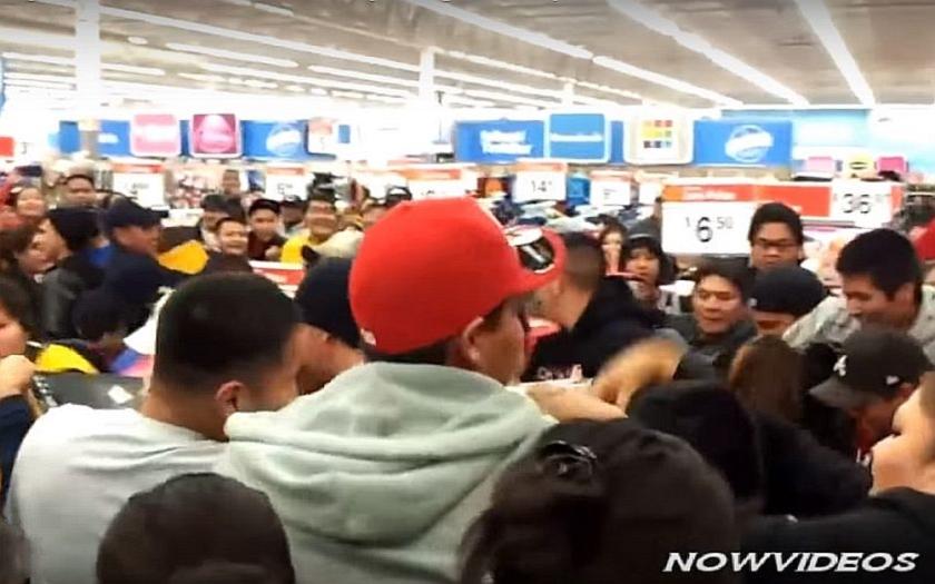 Video: Americký nákupní černý pátek - slevy, rvačky, ušlapání