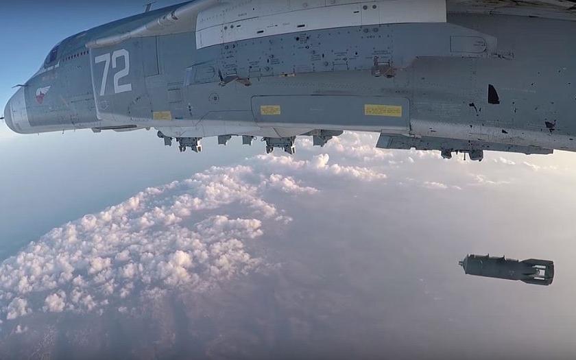 Video: Start ruského Su-24 ze základny Hmeimim k bombardování cílů IS v Sýrii