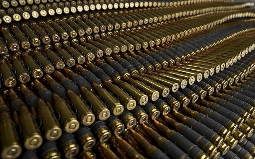 Vláda zavede evropskou směrnici omezující majitele zbraní