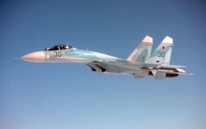 Videa z blízkého setkání ruského Su-27 a amerického EP-3