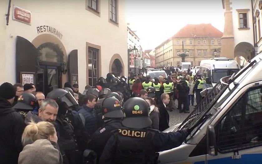 Sobotní demonstrace mají vážnou dohru. Byli policisté převlečení za neonacisty?