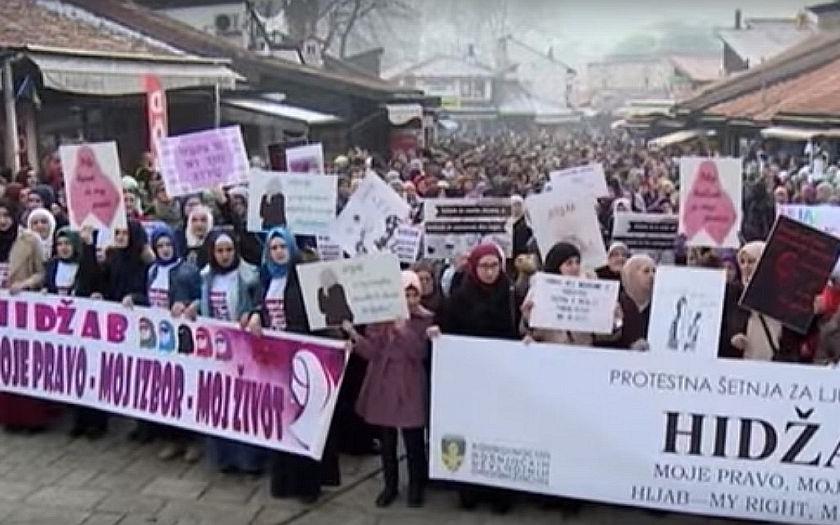 Bosenský Nejvyšší soud zakázal nošení náboženských symbolů. Muslimové vyšli do ulic