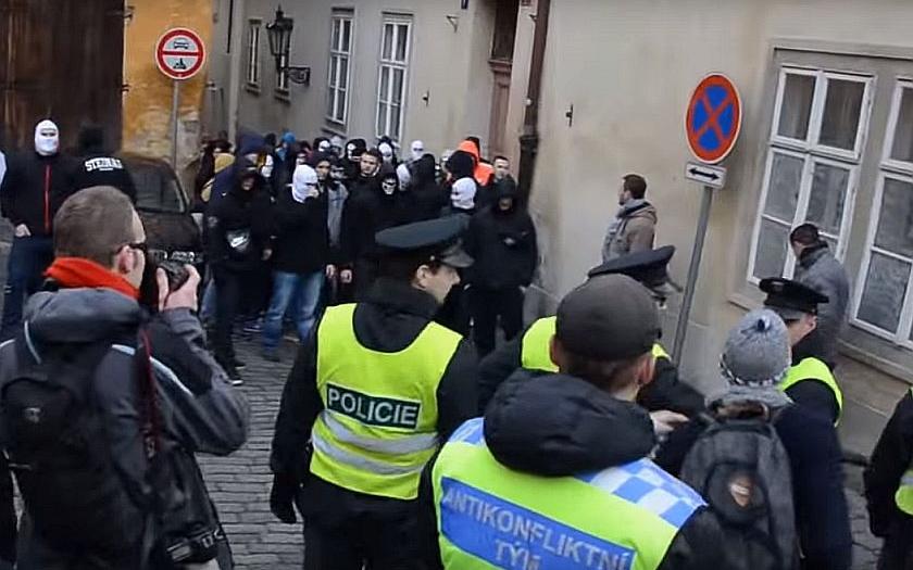 Kdo v Praze útočil? Byli to skutečně neonacisté nebo se jednalo o cílenou provokaci?