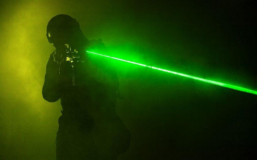 Poslanec Lank: Laserové zaměřovače na zbraních by měly být povoleny.