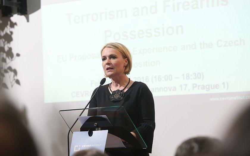 Poslankyně Jana Černochová: &quote;Nechci, aby proti útočníkovi s nelegálně drženou zbraní stál občan s holýma rukama.&quote;
