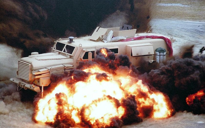Video: Dálkové odpálení miny před americkým MRAP v Afgánistánu