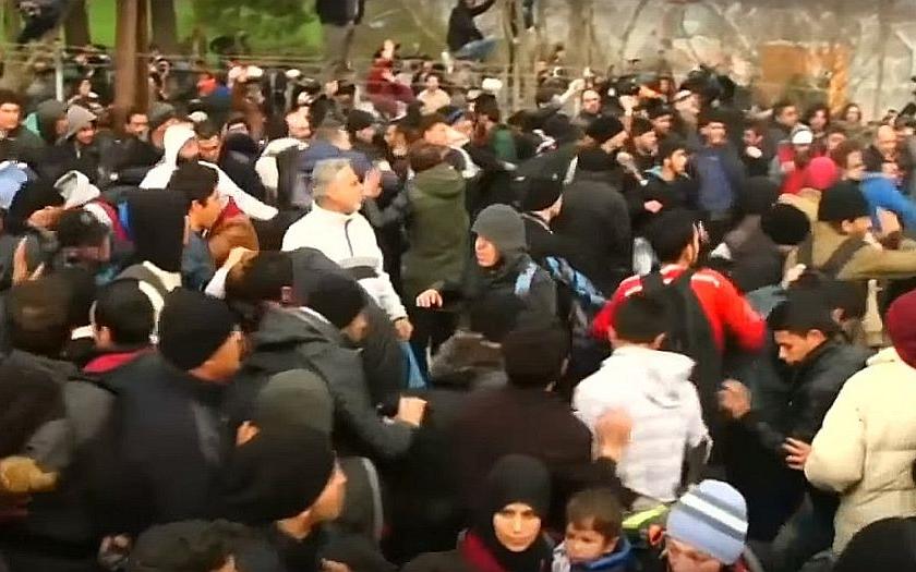 Video: Šokující záběry z řecko-makedonských hranic. Tisíce migrantů chce násilím do Evropy.