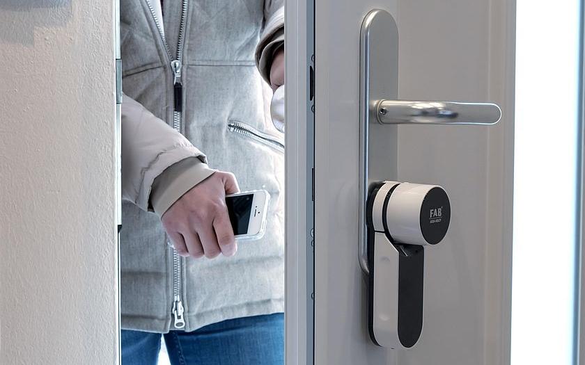 FAB vyvinul dálkově ovládaný zámek – stačí otisk prstu nebo mobil