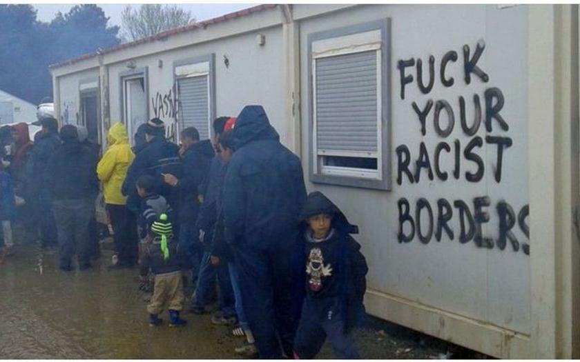 &quote;Sereme na vaše rasistické hranice&quote; - vzkazují uprchlíci evropským státům