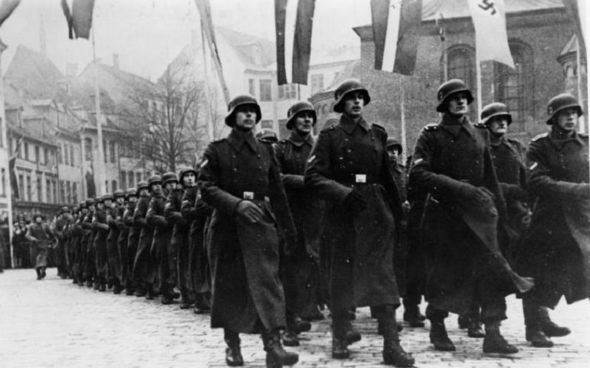 Pochodu veteránů jednotek SS se letos zúčastnilo asi 1000 Lotyšů