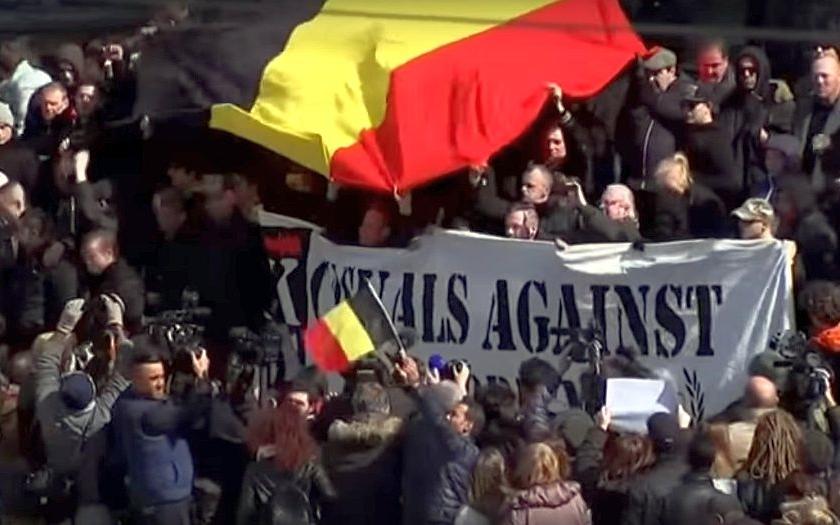 Policie v centru Bruselu použila proti pravicovým výtržníkům vodní děla