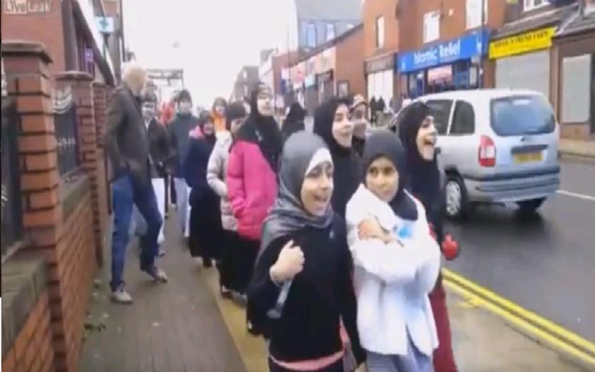 VIDEO: ,,Allahu Akbar,'' ozývalo sa z úst britských školákov na ulici.