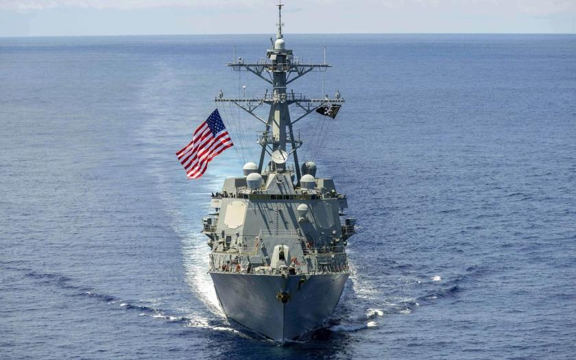 VIDEO: Poškozený torpédoborec USS McCain je nakládán na obří přepravní loď