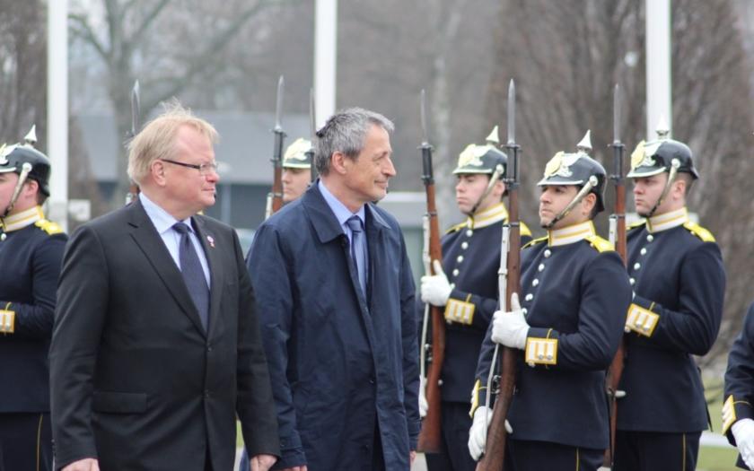 Ministr obrany jednal ve Švédsku o Rusku i o boji proti IS.