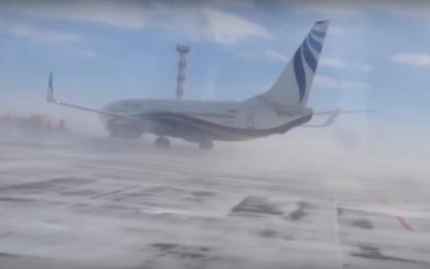 Video: Sibiřský hurikán postrkuje Boeing 737 po ranveji