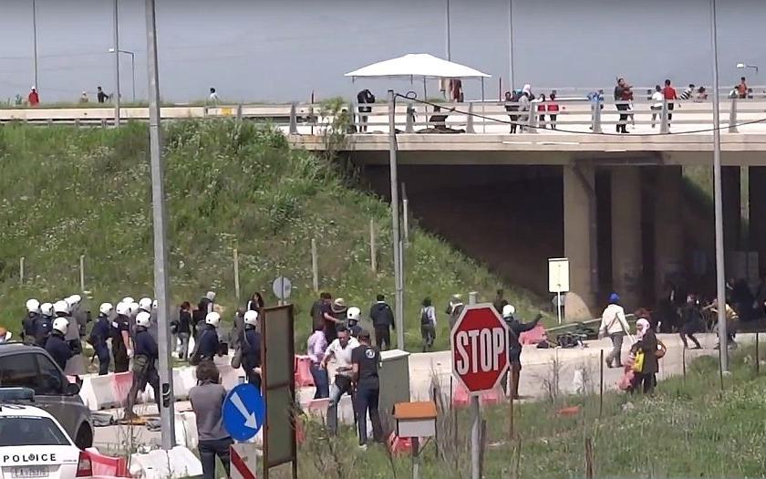 Konflikty kvůli migrantům v Řecku se stupňují, do bitek se zapojili i aktivisté