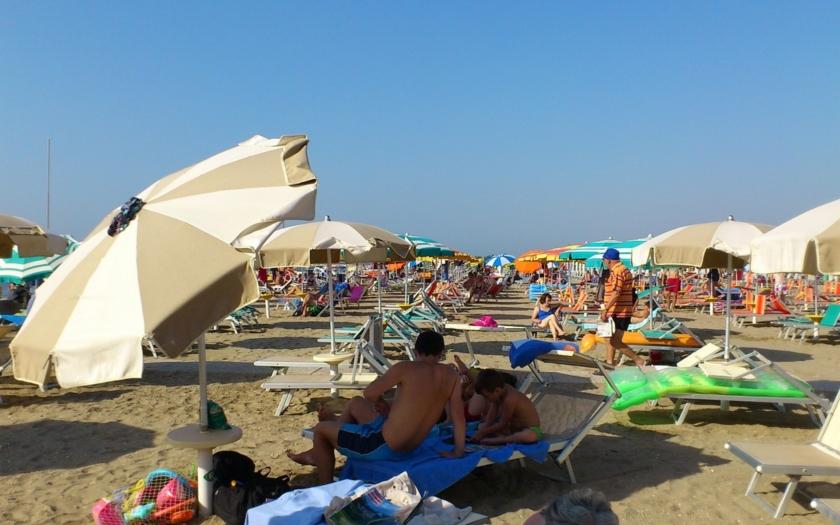 Policisté donutili muslimku si sundat burkini na pláži v Nice