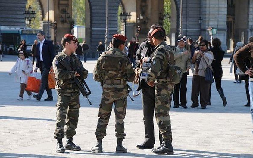 Francie stále prodlužuje výjimečný stav. Tentokrát kvůli volbám