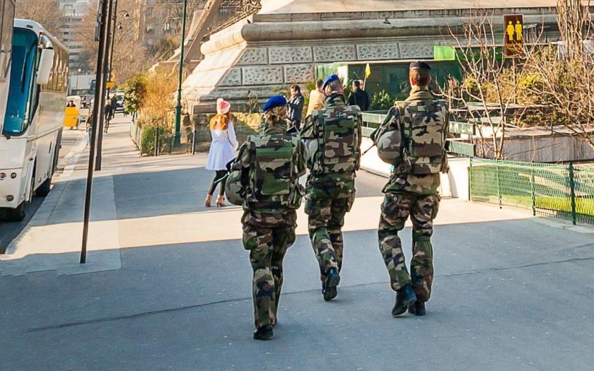 Teroristické útoky přivedly Francii na pokraj občanské války. Francouzský expert navrhuje řešení
