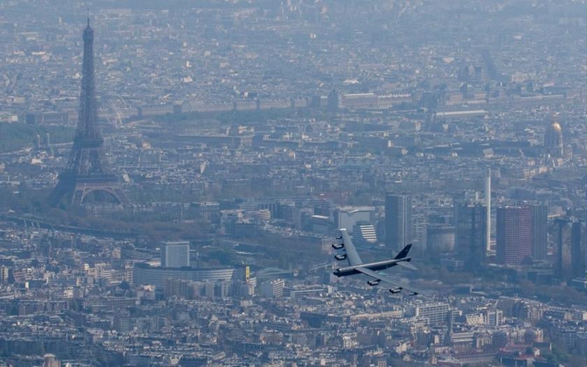 Video: B-52 nad Paříží