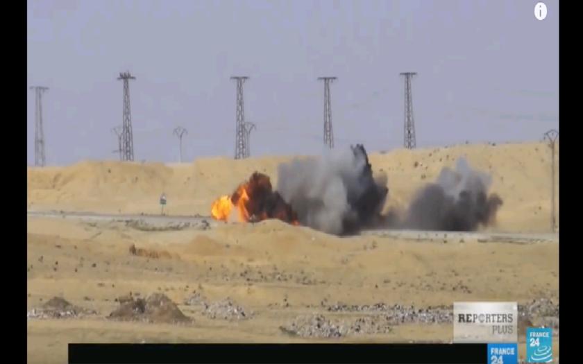 VIDEO: Sebevražedné vozidlo bojovníků Islámského státu se snaží zastavit Kurdové, ale vozidlo jde v plamenech dál