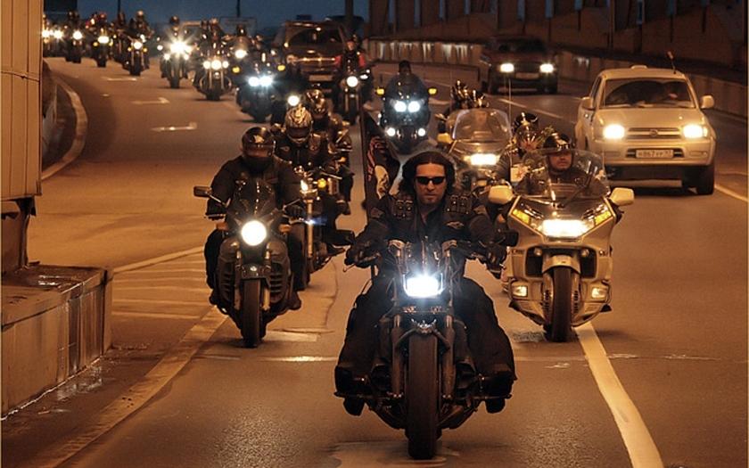 Motorkáři Noční vlci vyrazili do Berlína. Pojedou i přes ČR