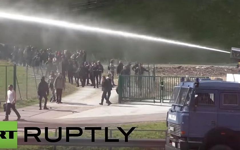 Slzný plyn a vodní děla. Policie zasahovala v Brenneru proti levicovým aktivistům