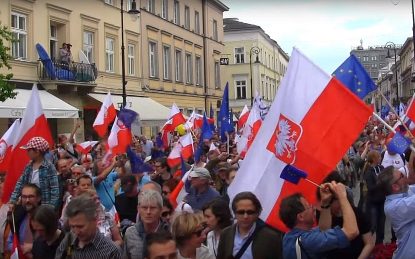 Na protivládní demonstraci ve Varšavě protestovalo přes 200 tisíc lidí