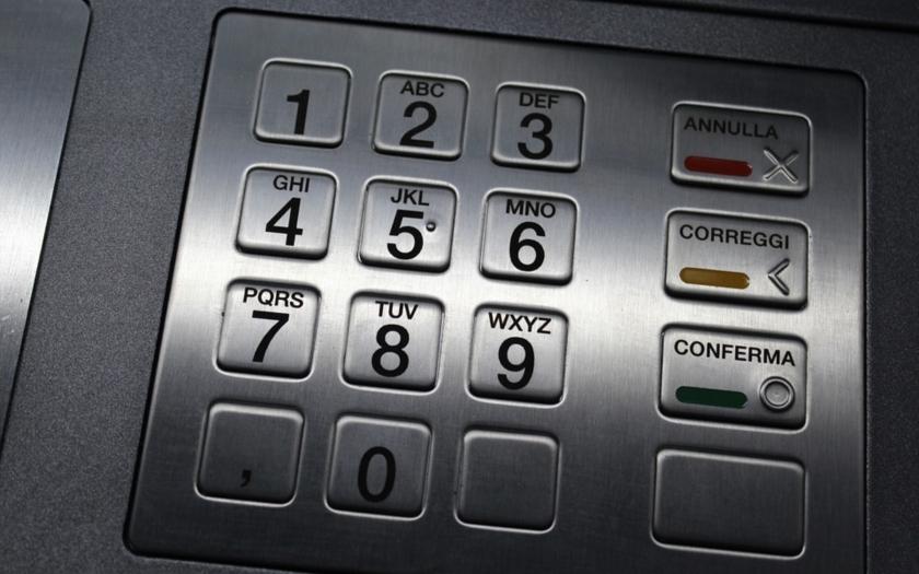 Gang ukradl z japonských bankomatů v přepočtu asi 314 milionů Kč