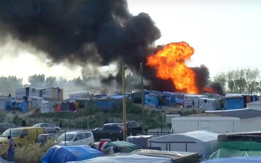 Rvačka migrantů v Calais. Proti stovkám Súdanců a Afgánců musela zasahovat policie
