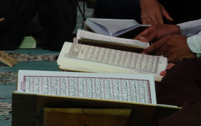 Muž hrozil lidem smrtí, pokud nepřijmou za svůj Korán
