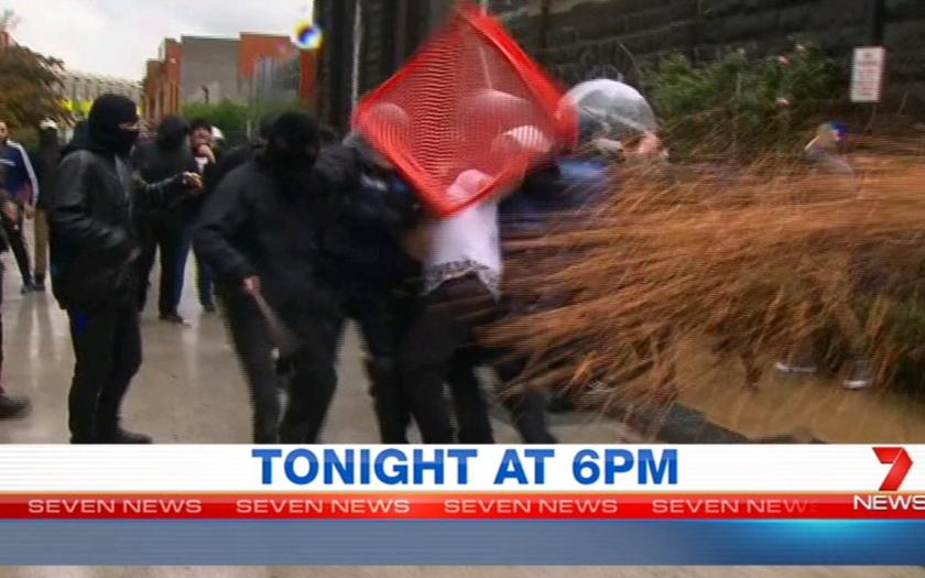 Protesty proti islamu v Austrálii, polícia použila slzotvorný plyn.