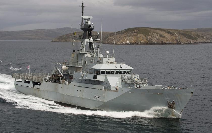 7 700 mil britského pobřeží hlídají proti migrantům pouhé 3 lodě