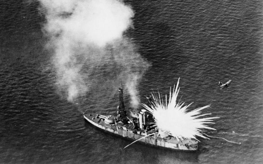 Bombardování bitevní lodi USS Alabama na dobových záběrech