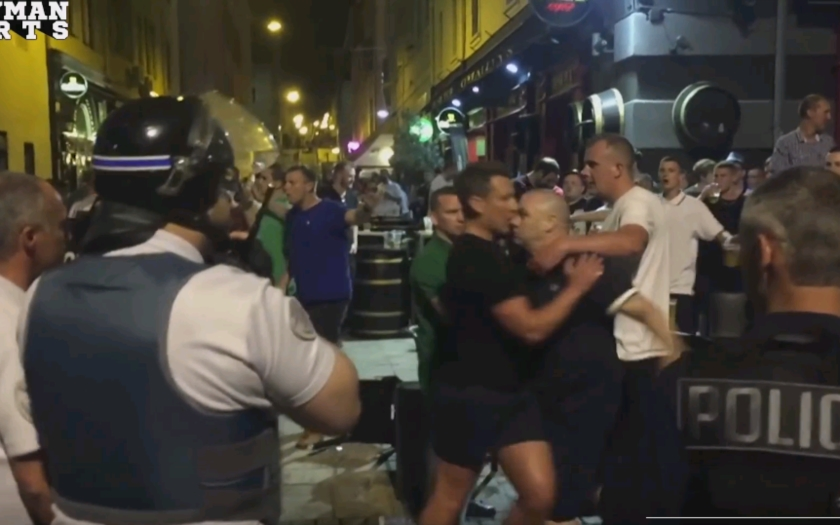 VIDEO: ,,ISIS, kde si?'' Skandovali stovky anglických fanúšikov v Marseille, zasahovala polícia a použila slzný plyn.