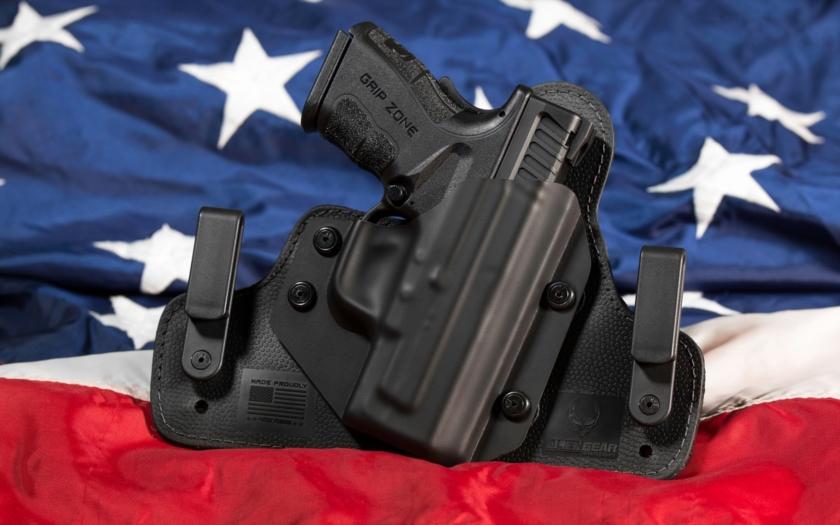 Donald Trump je pro zpřísnění držení střelných zbraní. Ale ne pro odzbrojení Američanů