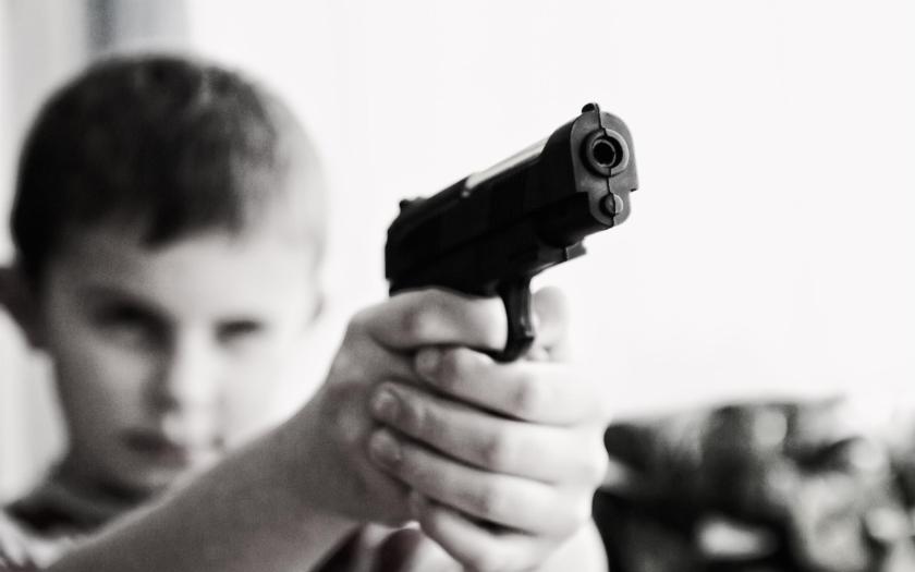 Německá armáda narazila, když dětem ukazovala zbraně