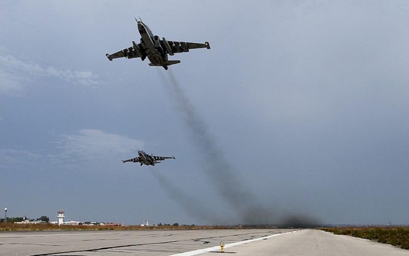 (VIDEO 18+) Sýrska armáda, spoločne s ruským letectvom, tvrdo likvidujú teroristov z ISIL