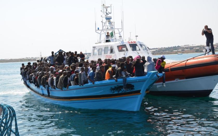 """Záběry Frontexu: """"mateřská loď"""" pašeráků a přestup na člun"""