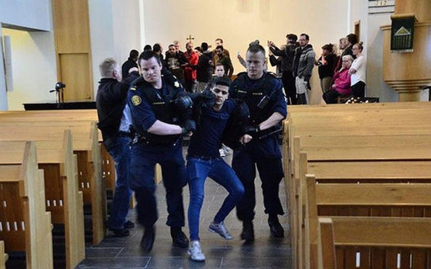 Uprchlíci hledali azyl v křesťanském kostele v Reykjavíku. Byli vyhoštěni