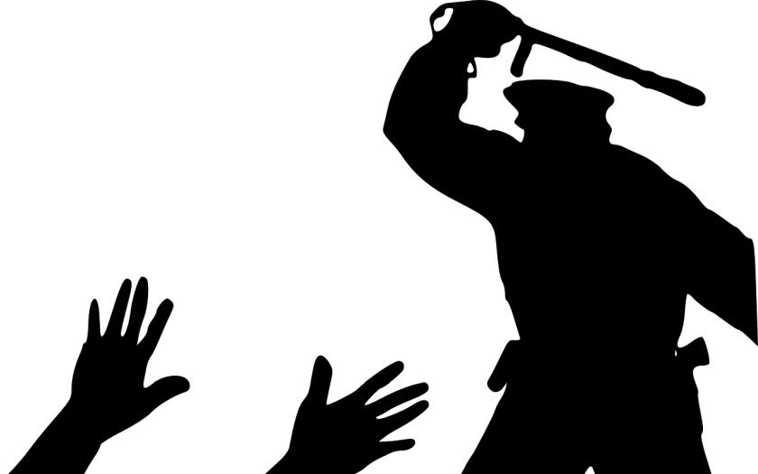 Policejní brutalita pod palbou kritiky soudů