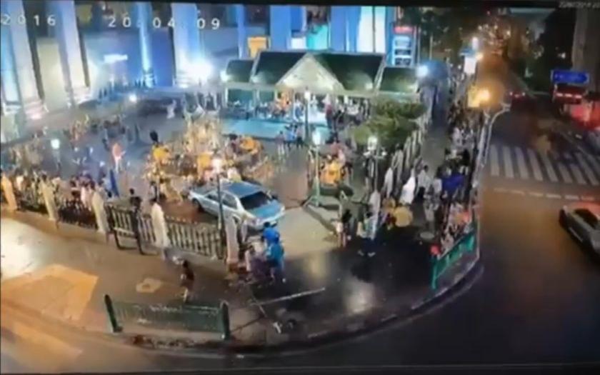 VIDEO: Žena najela autem do davu lidí poté, co ji zasáhla mrtvice